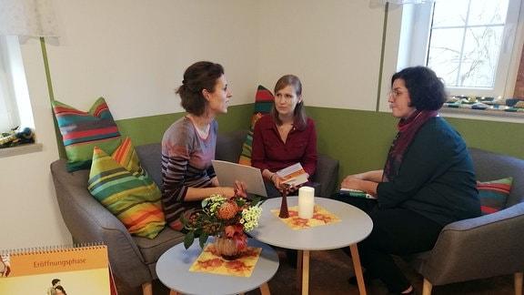 Die Hebammen Christina Schmole, Theresa Wocko und Hanka Paulik in ihrer neuen Praxis in Schweinerden.