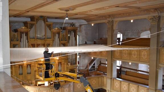 Anbringen von Sicherheitsnetzen in der Kirche in Cunewalde