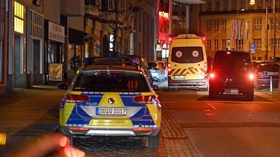 Ein Poizeiauto und ein Rettungswagen stehen auf einer Straße in Bautzen