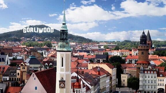 Eine Bildmontage zeigt die Stadt Görlitz und den Schriftzug Görliwood an einem Berghang dahinter