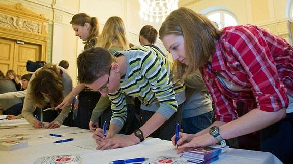 Schülervollversammlung im Bautzner Melanchton-Gymnasium. Die Schüler starten eine Postkartenaktion gegen Unterrichtsausfall