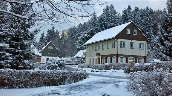 Eingeschneites Umgebindehaus in Jonsdorf