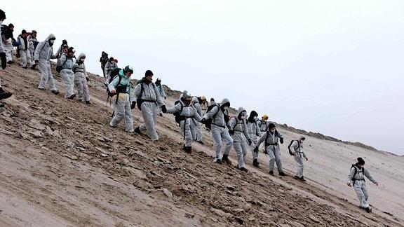 Klimaaktivisten in weißen Overalls im Tagebau Welzow-Süd