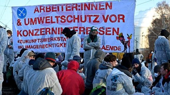 Klimaaktivisten sitzen auf den Gleisen zum Kraftwerk Jänschwalde