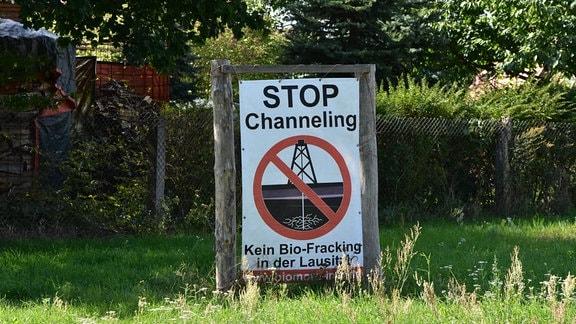 Protestschild gegen den Abbau von Kupfer