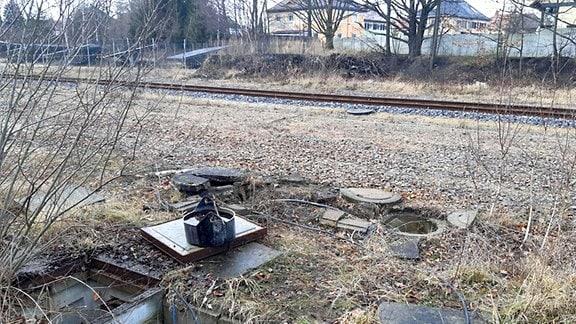 Geöffnete Schachtdeckel am Bahngleis bei Hirschfelde