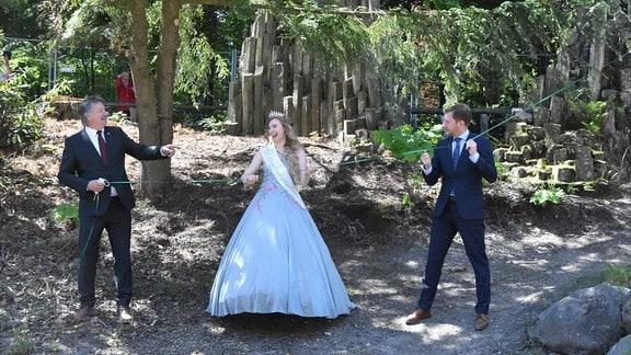 Gablenzer Bürgermeister zusammen mit Blütenkönigin und MP an einer Schnur