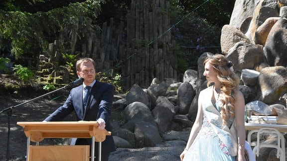 MP Kretschmer neben Blütenkönigin am Rednerpult