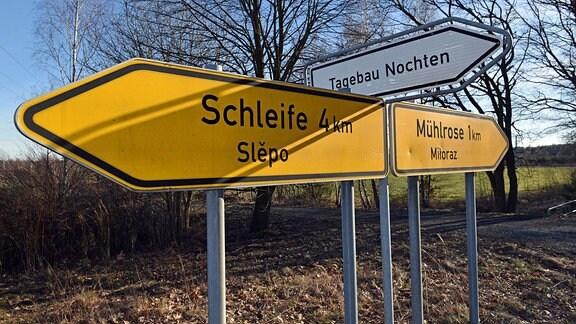 Wegweiser nach Mühlrose und zum Tagebau.