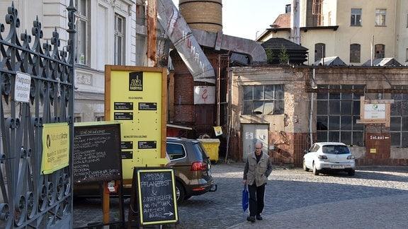 Eingang einstige Hefefabrik jetzt soziokulturelles Zentrum mit Mann.