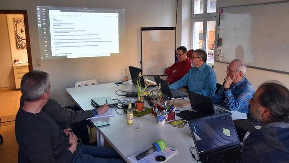 Die ''alten'' Hasen von der Linux-Gruppe im Jugendzentrum.