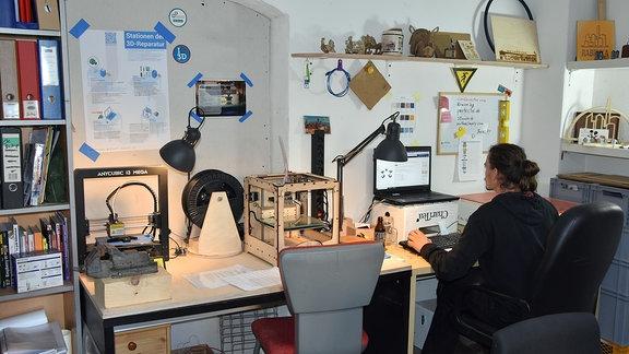 Blick in die High-Tec Schmiede des Jugendzentrums mit 3D-Drucker und Laserscanner.