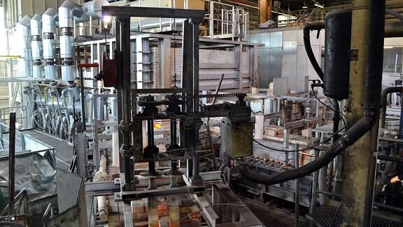 Eine Maschinenhalle mit viel Technik.