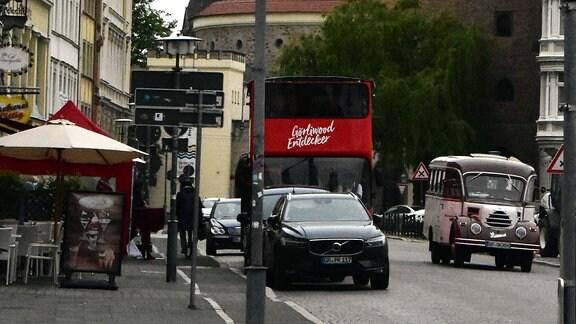 Doppelstockbus neben Oldtimer-Bus Garant