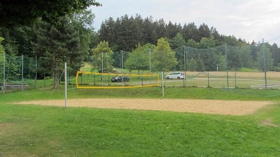 Sportplatz, Netze, Autos, Bäume