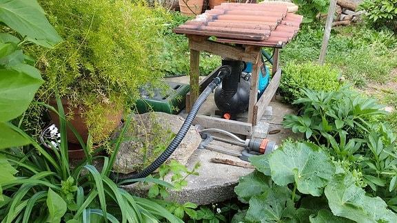 Brunnen im Garten mit Pumpe