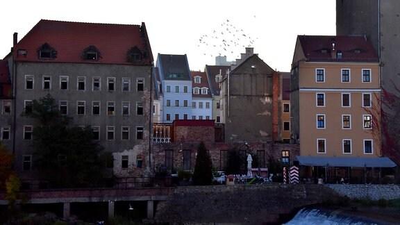 Industriebrache und sanierte Häuser am polnischen Neißeufer