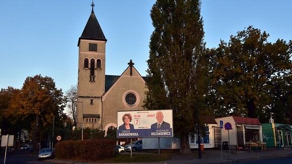 Wahlplakate der Opposition vor einer Kirche in Zgorzelec