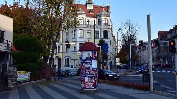 Litfasssäule mit Wahlwerbung vor dem Rathaus in Zgozelec