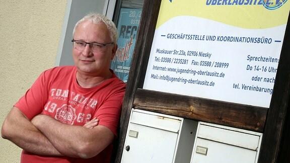 Geschäftsführer Rolf Adam vor Geschäftsstelle in Niesky
