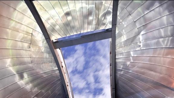 Blick durch das geöffnete Dach einer Sternwarte.