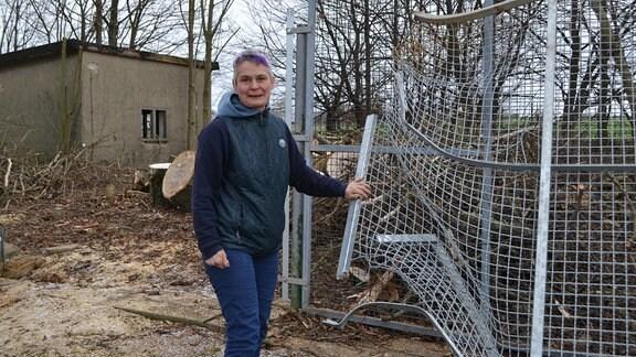 Tierheim Bautzen nach dem Sturm - eine Frau an einem zerstörten Zaun