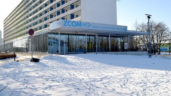 Glasverspiegelte Außenansicht des neuen Computermuseums in Hoyerswerda