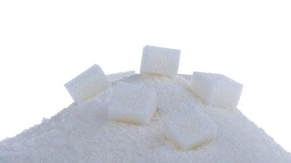 Würfelzuckerstücke liegen auf einem Zuckerhaufen