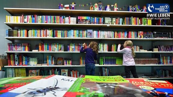 Blick in eine Bibiolthek mit voll gestellten Bücherregalen