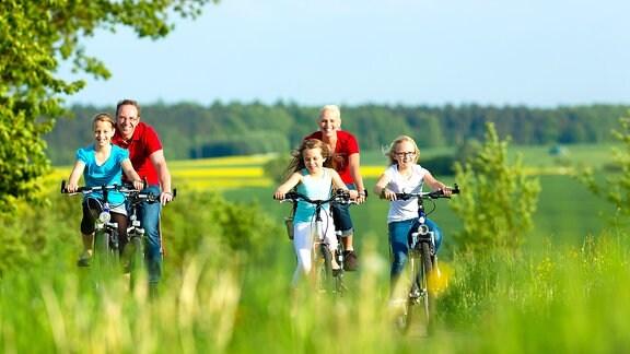 Eine fünfköpfige Familie macht einen Fahrradausflug