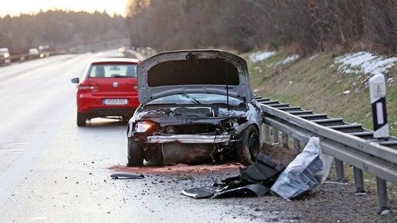 Auf der A72 stürzte eine Fichte auf die Autobahn. Infolgedessen kam es zu Verkehrsunfällen und Stau.