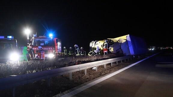 Auf der A13 bei Ortrand kippte ein Lkw in die Mittelleitplanke