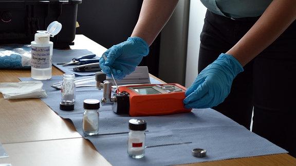 Zoll-Beamte zeigen das mobile Infrarottestgerät auf synthetische Drogen und psychoaktive Substanzen