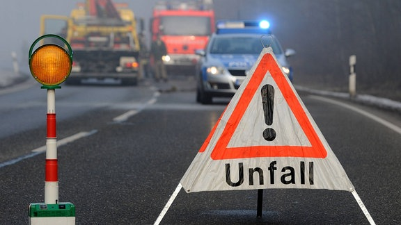 Eine mit einem Warnschild abgesicherte Unfallstelle