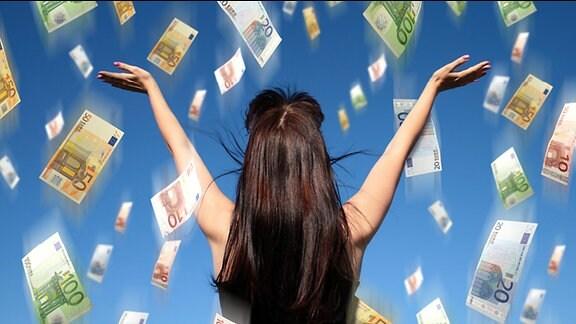 Geldscheine regnen auf eine Frau