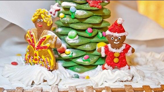 Figuren und Weihnachtsbaum aus Lebkuchen
