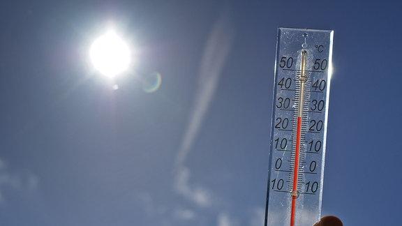 Ein Thermometer zeigt 27 Grad Celsius
