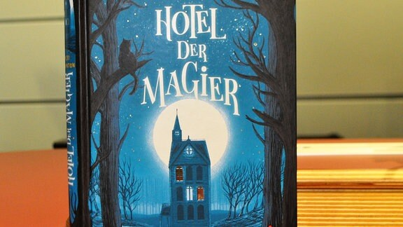 """Ein Buch mit der Aufschrift """"Hotel der Magier"""""""