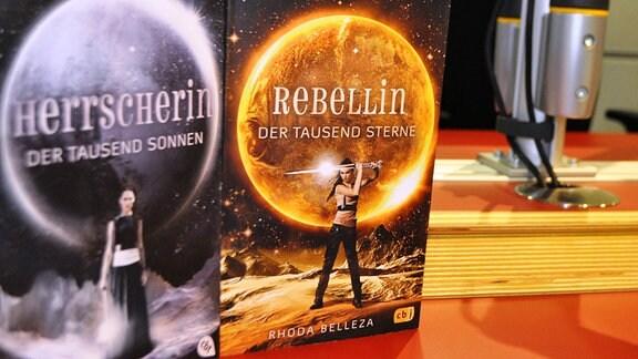 """Bücher mit der Aufschrift """"Herrscherin"""" & """"Rebellin"""""""