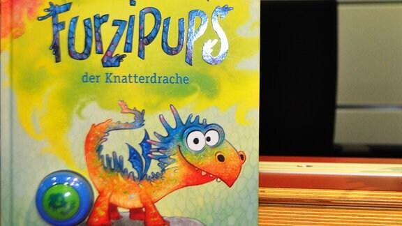 "Buch mit der Aufschrift ""Furzipups, der Knatterdrache"""