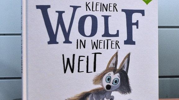 """Buch mit der Aufschrift """"Kleiner Wolf in weiter Welt"""""""