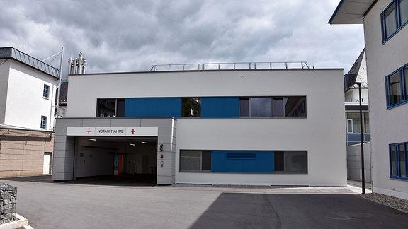 Gebäude mit großer Einfahrt und Schriftzug Notaufnahme