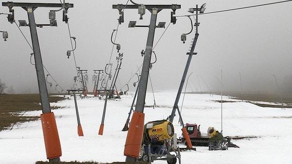 stillstehender Skilift in Oberwiesenthal, stellenweise Schnee