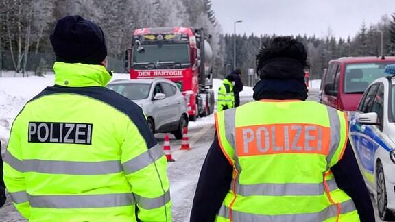 Polizisten kontrollieren Lkw und Pkw am sächsisch-tschechischen Grenzübergang.