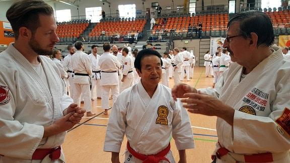 Drei Kampfkunst-Großmeister unterhalten sich