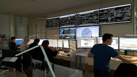 In der Leitzentrale der Länderbahn in Neumark kontrollieren mehrere Mitarbeiter an Monitoren die Pünktlichkeit der Züge