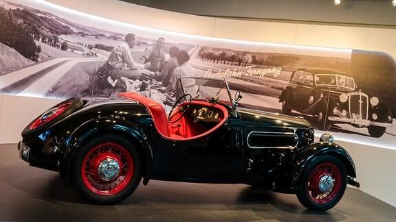 Ein schwarzes DKW-Cabrio mit roter Innenpolsterung steht im Museum