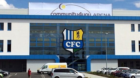 """Das Chemnitzer Stadion des CFC heißt ab sofort """"community4you Arena"""". OBM Barbara Ludwig, CFC-Chef Mathias Hänel und community4you-Chef Uwe Bauch stellten den neuen Namen vor"""