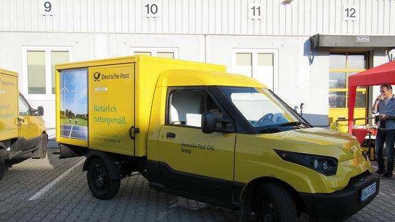 Der Streetscooter ist ein klassischer Kastenwagen mit einem für Kleintransporter üblichen Laderaum. An den Seiten ist Werbung und der Hinweis auf den Elektroantrieb angebracht