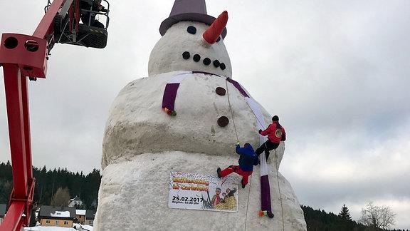 Ein paar übermütige Erzgebirger haben am Sonntag einen Rekord aufgestellt. Sie errichteten in einer einmaligen Hau-Ruck-Aktion in Carlsfeld den größten Schneemann Deutschlands